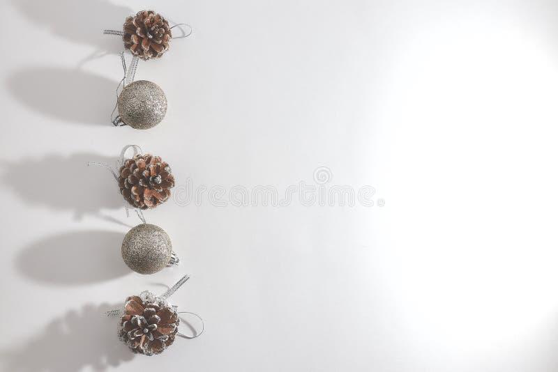 Julsammansättning av sörjer kottar och dekorativa bollar för jul på en vit bakgrund Jul vinter, begrepp för nytt år royaltyfria bilder