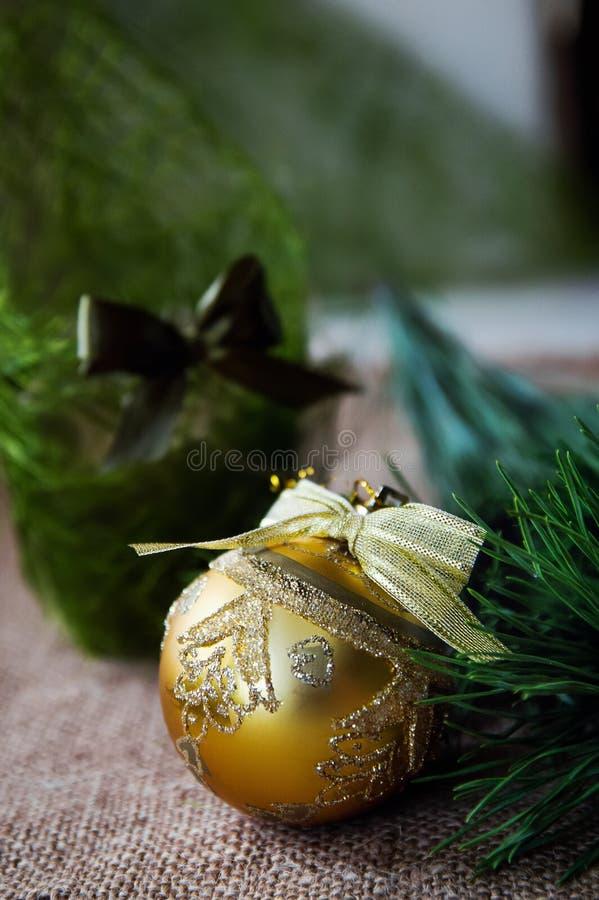 Julsammansättning med bränningstearinljuset och garneringar royaltyfria bilder