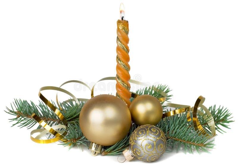 Julsammansättning med en brinnande stearinljus royaltyfria bilder