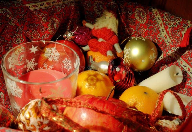 Julsammansättning med frukt, stearinljus och juldekoren royaltyfri fotografi