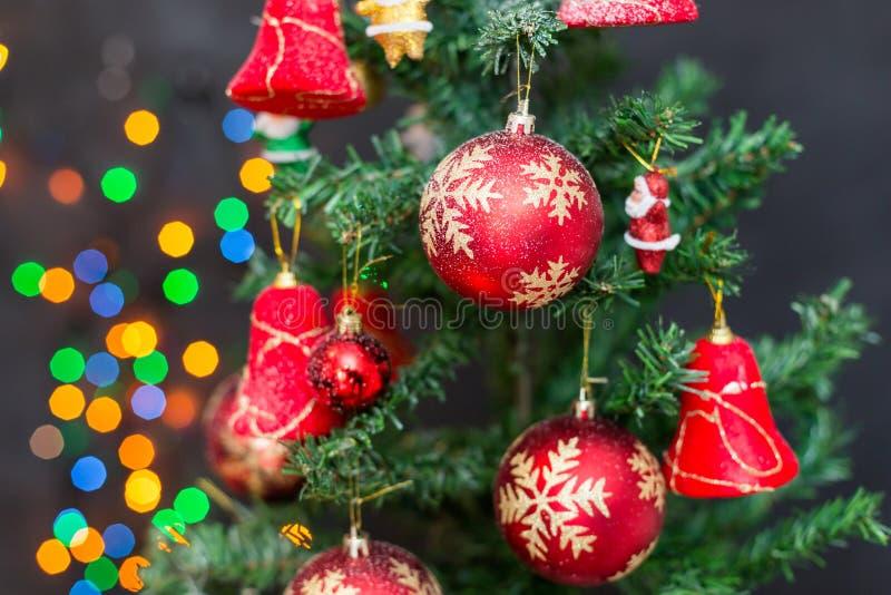 Julsammansättning med julbollar royaltyfri bild