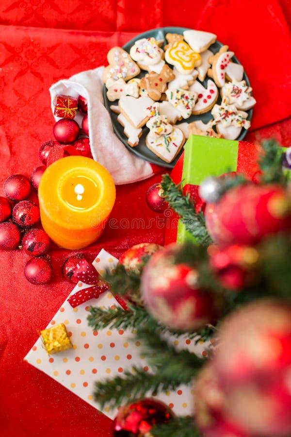 Julsammansättning med julbollar arkivbild