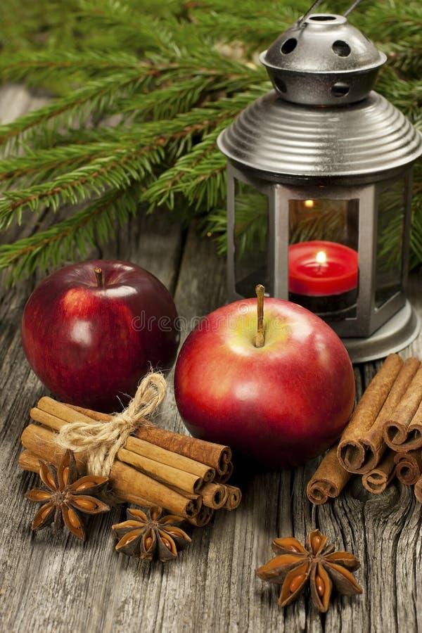 Julsammansättning med lyktan och äpplen royaltyfria bilder
