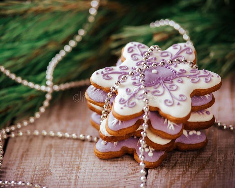 Julsammansättning - pepparkakakaka, anis och kanel på trätabellen royaltyfri fotografi
