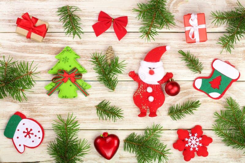 Julsammansättning som dekoreras med granfilialer på en ljus träbakgrund fotografering för bildbyråer