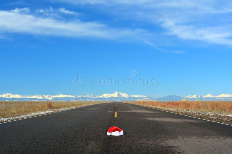 JulSanta Hat In Road Travel begrepp royaltyfria bilder