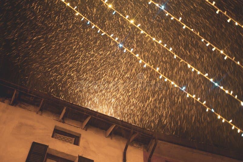 Julsnö i natten royaltyfri foto