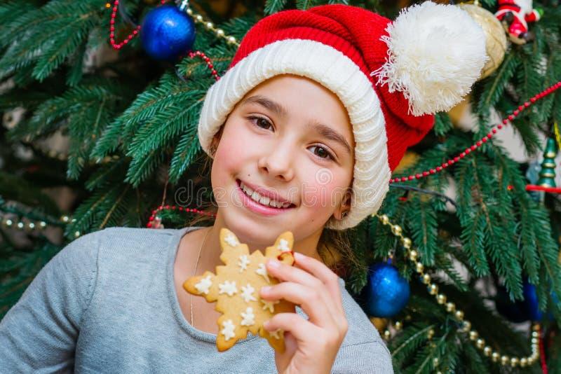 Julstående av årig flicka 10 arkivbilder