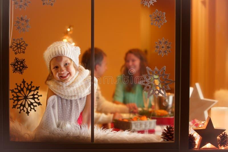 Julstående av flickan med kikare royaltyfri bild
