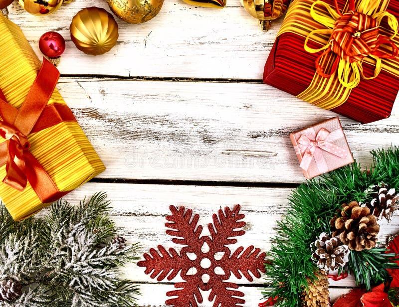 Julstall och snöflingor, dekorationer och presentlådor royaltyfria bilder
