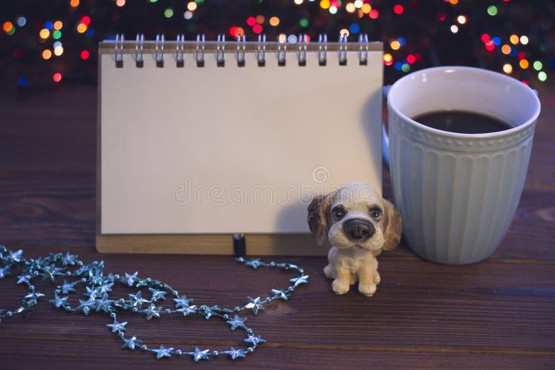 Julstilleben med kaffe, leksaken och en anteckningsbok royaltyfri fotografi