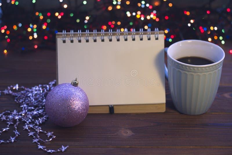 Julstilleben med kaffe, leksaken och en anteckningsbok fotografering för bildbyråer