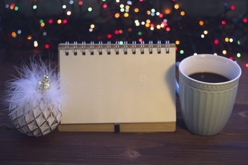 Julstilleben med kaffe, leksaken och en anteckningsbok arkivfoto
