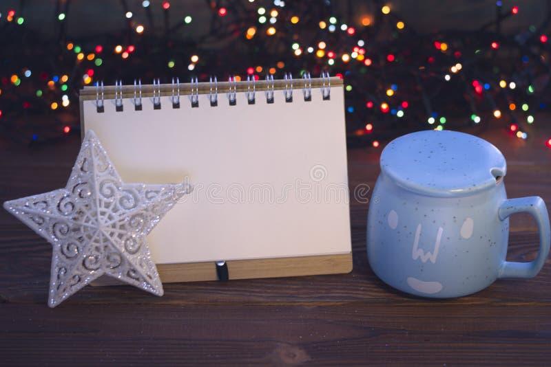 Julstilleben med kaffe, sockerbunken och en anteckningsbok arkivfoton