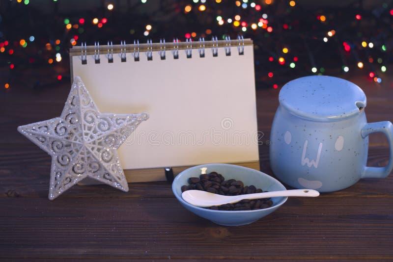 Julstilleben med kaffe, sockerbunken och en anteckningsbok fotografering för bildbyråer