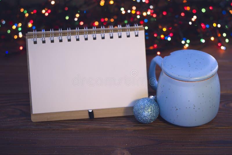 Julstilleben med kaffe, sockerbunken och en anteckningsbok arkivbilder