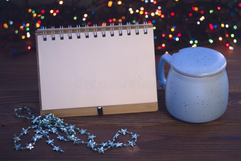 Julstilleben med kaffe, sockerbunken och en anteckningsbok royaltyfri bild