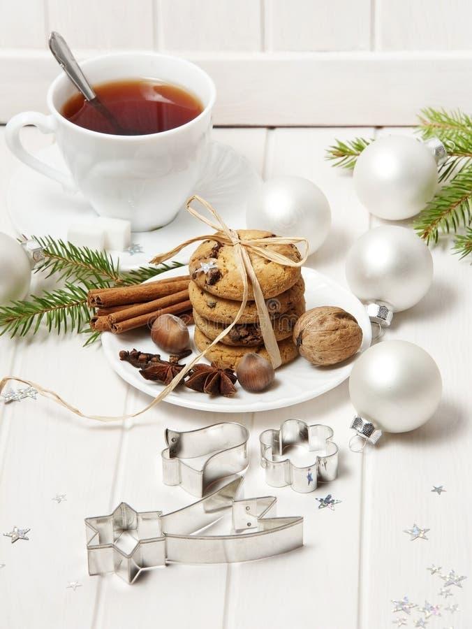 Julstilleben med kexar och en tea arkivbilder