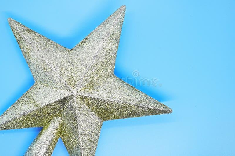 Julstjärnacloseupen på en blå bakgrund, julkortet, julbakgrund, övervintrar traditionella ferier royaltyfria bilder