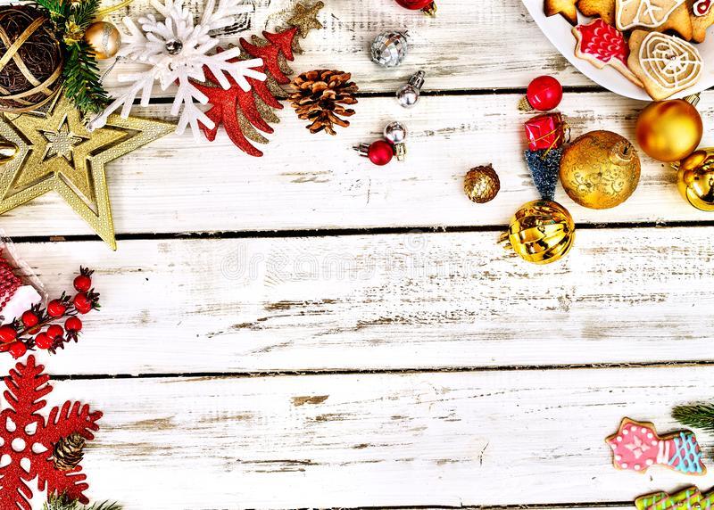 Julstolerans bolldekorationer och mixtur med kopieringsutrymme arkivfoto