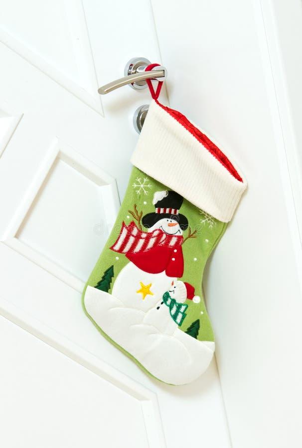 Julstrumpa på dörr royaltyfri foto