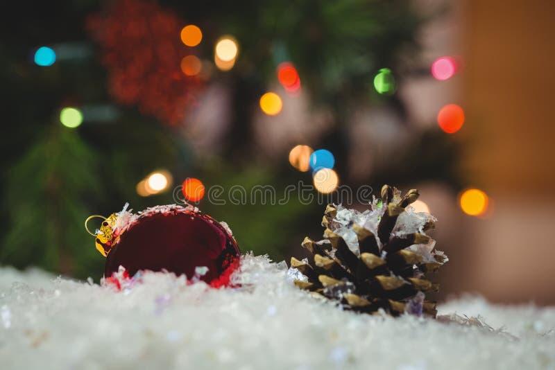 Download Julstruntsaken Och Sörjer Kotten På Snö Arkivfoto - Bild av lyckligt, fejka: 78725300