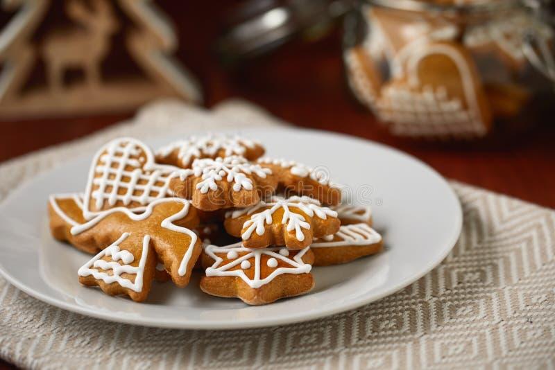Jultabell med plattan mycket av pepparkakor, hemlagade kex arkivbild