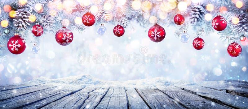 Jultabell med röda hängande bollar arkivfoton