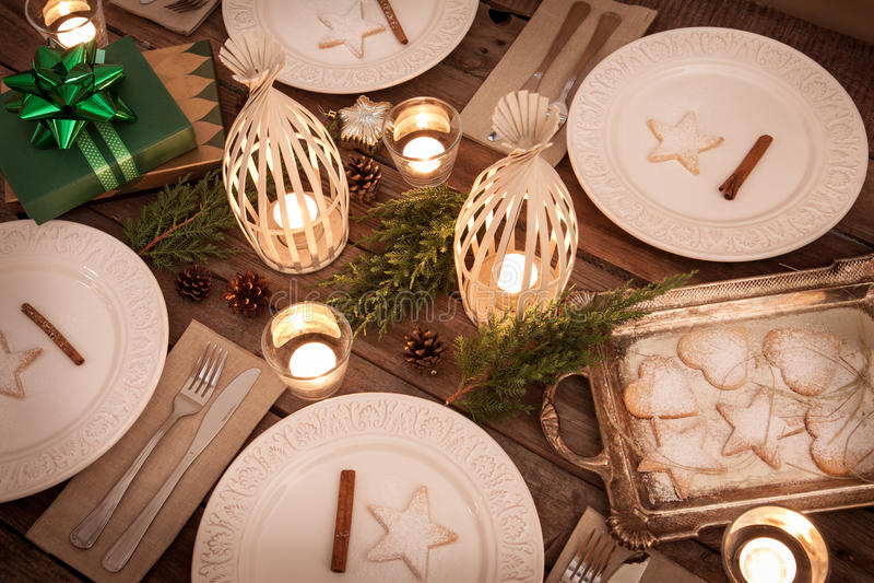 Jultabellinställning från över, lantlig stil, naturliga garneringar royaltyfri foto