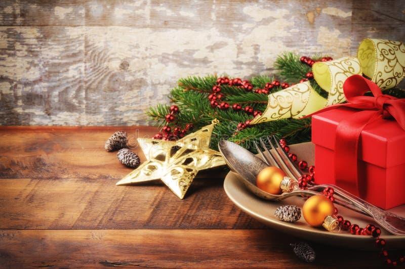 Jultabellinställning med gåvan royaltyfri fotografi