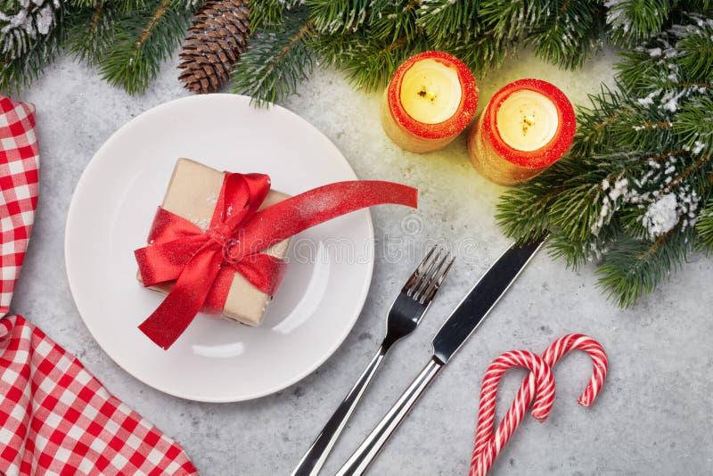 Jultabellinställning med stearinljus och xmas-gåvan arkivfoton