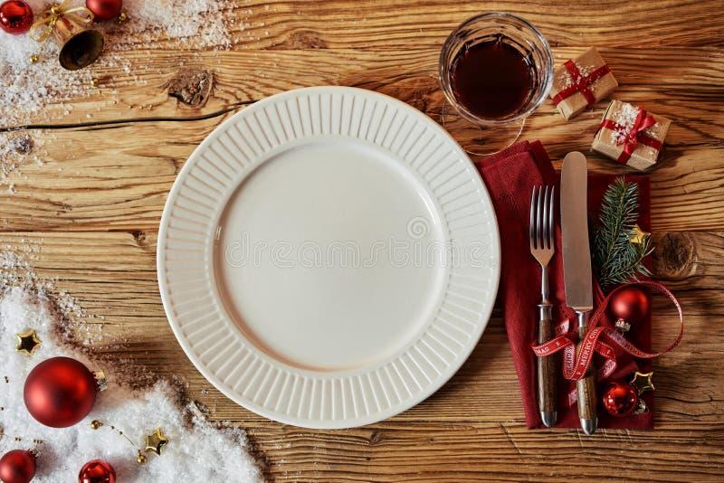 Jultabelluppsättning med garneringar och en platta royaltyfria bilder