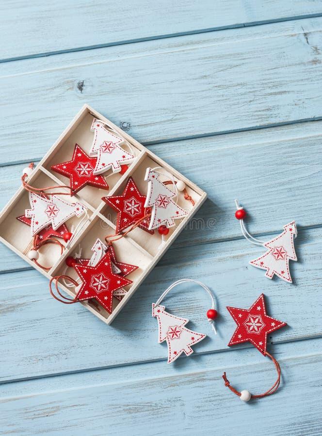 Jultappningprydnader i en träask på en blå träbakgrund, bästa sikt fritt avstånd royaltyfri fotografi
