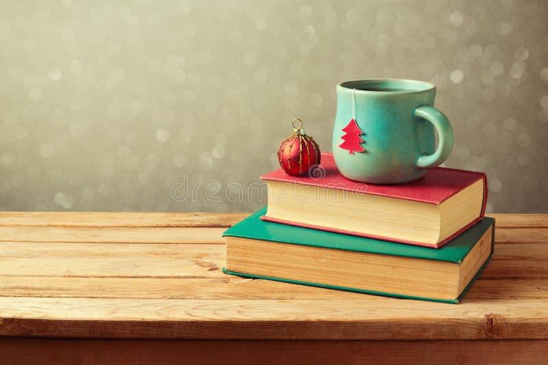 Jultekopp och boll på tappningböcker över suddighetsbakgrund royaltyfria bilder