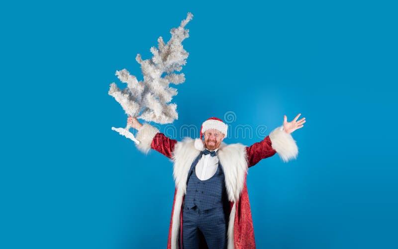 Jultomten önskar glad jul och lyckligt nytt år Santa Claus med den vita julgranen Roliga santa i röd jul royaltyfri fotografi