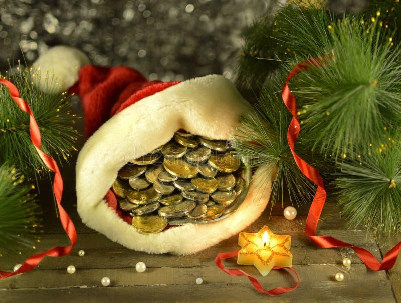 Jultomten cap med pengar fotografering för bildbyråer
