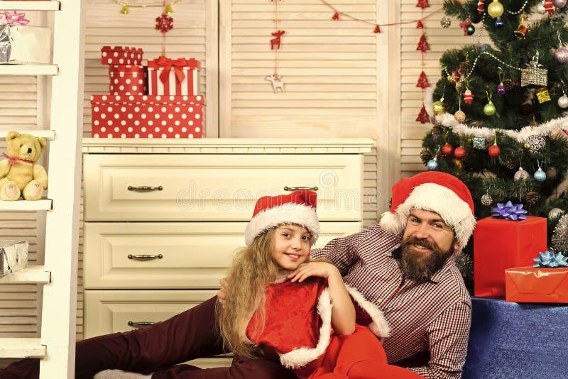Jultomten lurar, uppsökte mannen på julgranen royaltyfri foto