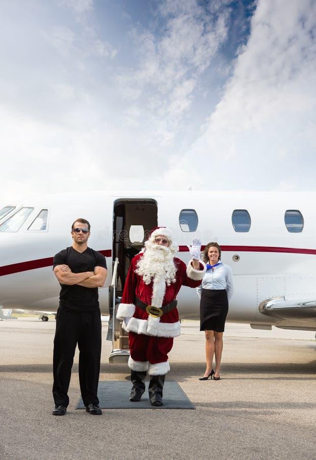 Jultomten med den moderna släden royaltyfri fotografi
