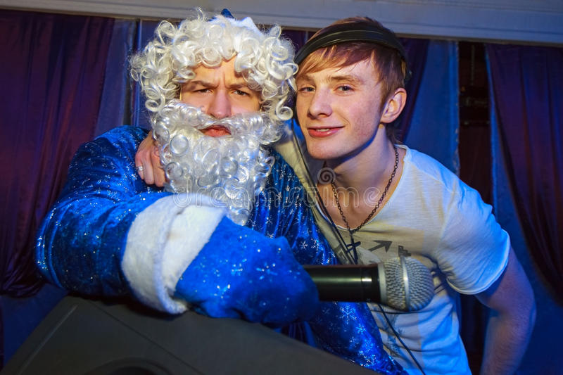 Jultomten och dj arkivfoto