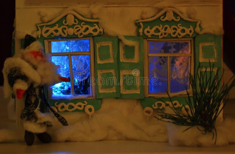 Jultomten och glänsande fönster arkivfoton
