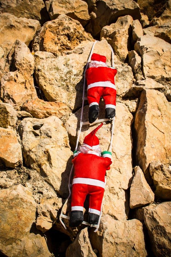Jultomten på en vägg royaltyfri bild