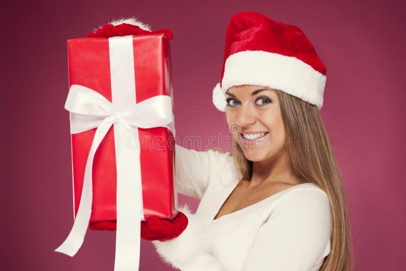 Jultomtenflicka med gåvan royaltyfri fotografi