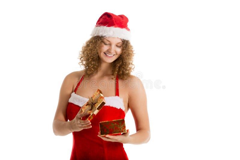 Jultomtenflickan ser in i en gåvaask fotografering för bildbyråer