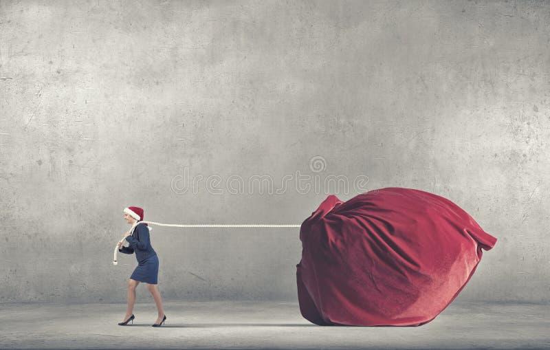 Jultomtenkvinnan levererar gåvor royaltyfri foto