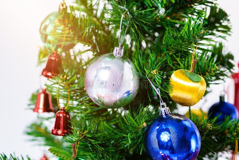 julträd med färgrika bollar och gåvaaskar som isoleras på vit bakgrund Jul eller lycklig newyear tid arkivfoton