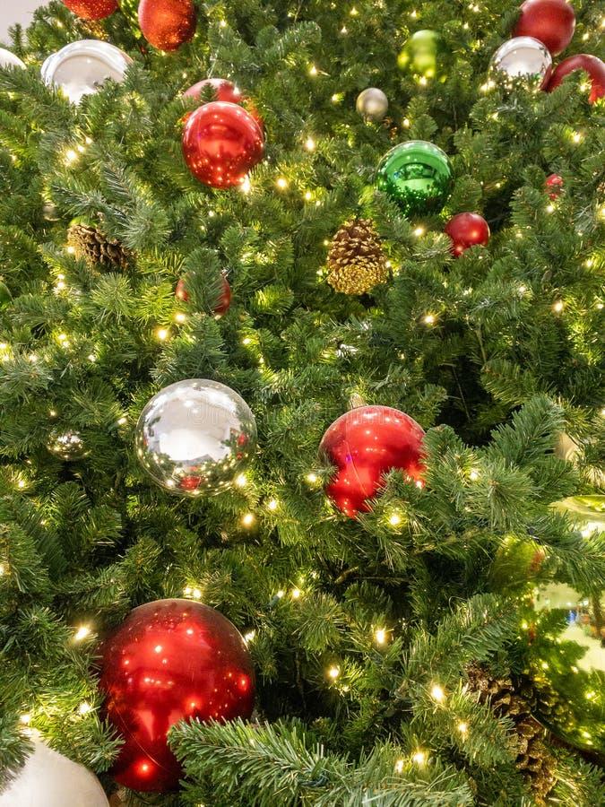Julträd med prydnadsföremål och ljus arkivbilder