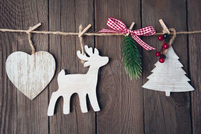 Julträleksaker på rad över träbakgrund fotografering för bildbyråer