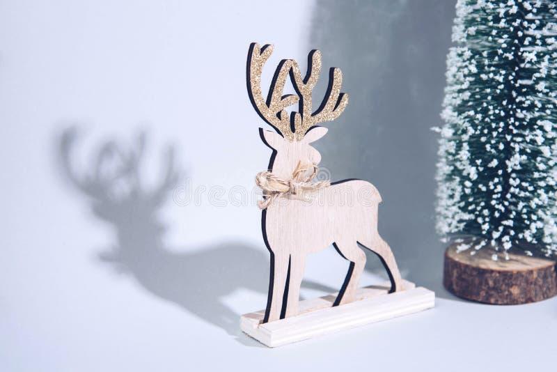 Julträträd med renen över ljus - blå bakgrund royaltyfria bilder