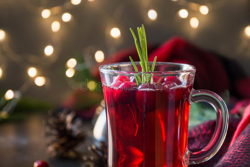 Jultranbäret funderade vingarneringrosmarin och granfilialer på svart Xmas-drink arkivfoto