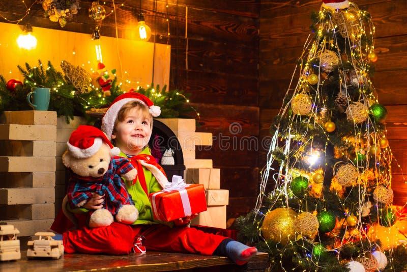 Julungar - lyckabegrepp En ung man spelar och skrattar Glade sinnesrörelser för barn Slut-avslutat och öppet royaltyfri fotografi
